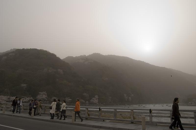 黄砂に霞む嵐山