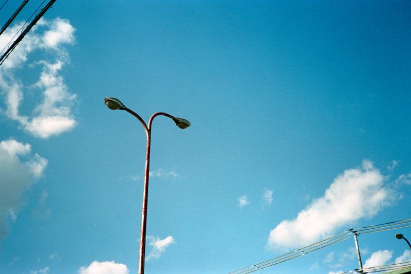 冬の青空と外灯