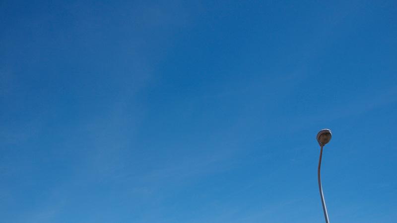 外灯と青い空