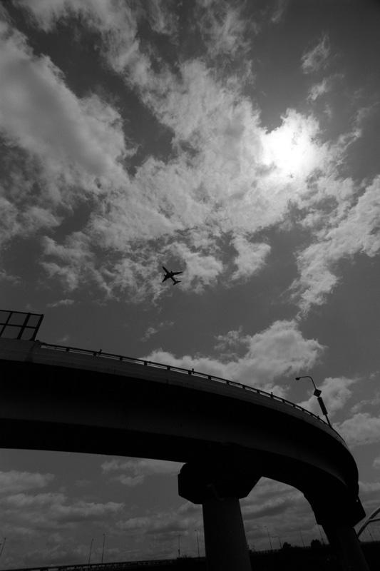 バイパスの上を飛ぶ飛行機