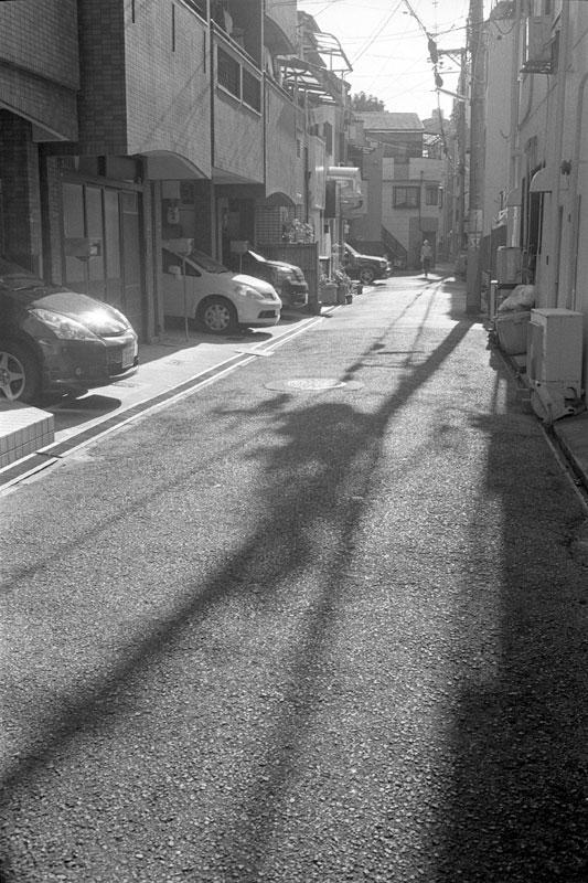路地と電柱の影