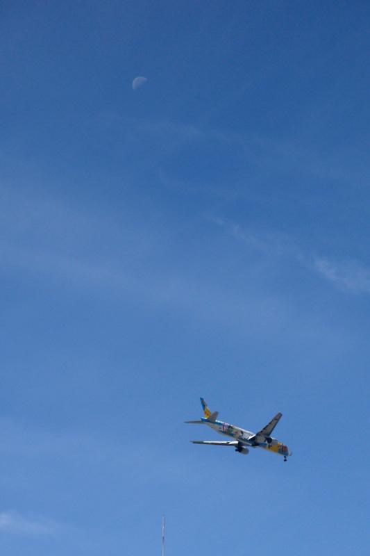 ポケモン飛行機と月